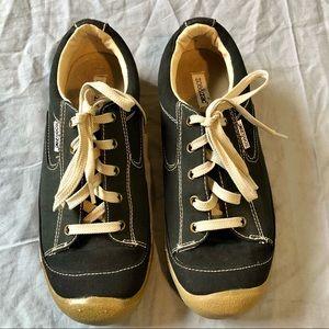 Zoe & Zac black upper balance sneaker size 7